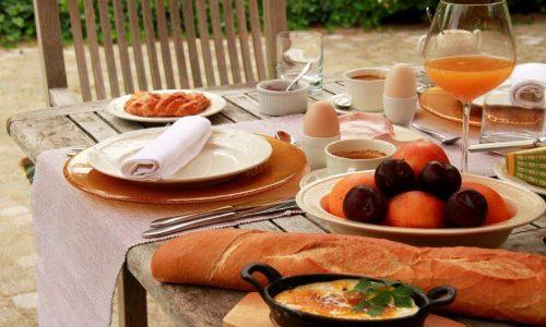 Luxe ontbijt op terras